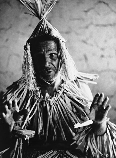 Antero, velho cacique, mostrando como é a farda usada nos rituais e festejos dos Xukuru. A roupa é feita de palha de milho e o chapéu é feito de palha de ouricuri e fibra de coroá, aldeia Cana Brava, município de Pesqueira, Pernambuco. Foto: Aderbal Bran