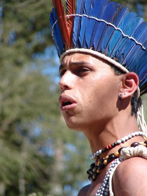 Jovem da Cia de Teatro Mandaru do povo Xukuru do Ororubá, localizado no município de Pesqueira (PE), encenando a peça teatral Mandaru no Reino de Ororubá, no Instituto Cajamar, Cajamar, São Paulo. Foto: Moreno Saraiva Martins, 2007