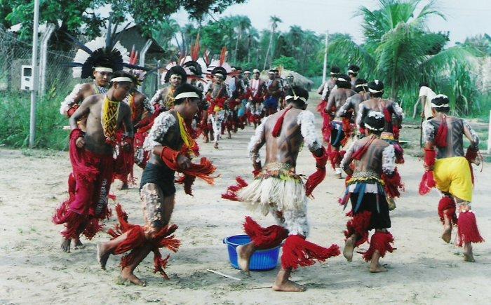 Cerimônia Iwèru Bèura do ritual de iniciação masculina (Hetohoky ou Casa Grande) - Aldeia Canoanã. Foto: Patrícia de Mendonça Rodrigues, 2006.