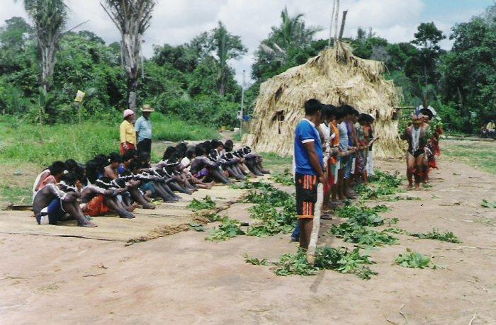 Iniciação dos jovens no ritual de iniciação masculina (Hetohoky ou Casa Grande) - Aldeia São João. Foto: Patrícia de Mendonça Rodrigues 2005/2006.