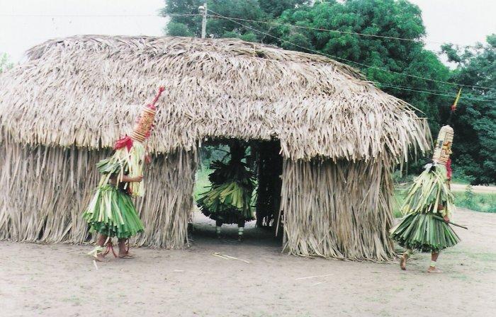 Os latèni dançam ao redor das casas dos jovens que serão iniciados durante o ritual de iniciação masculina (Hetohoky ou Casa Grande). Aldeia Canoanã. Foto: Patrícia de Mendonça Rodrigues, 2006.