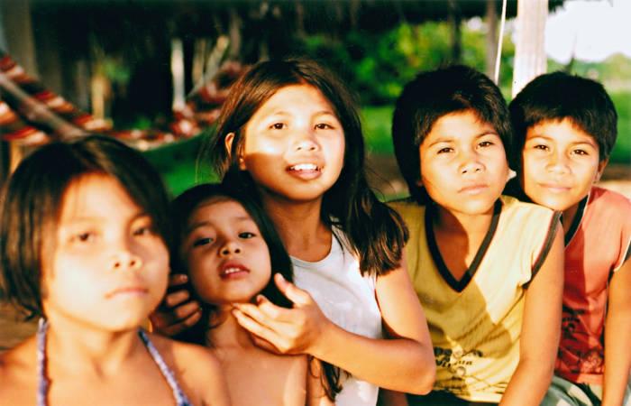 Crianças Shanenawa, aldeia Morada Nova, Terra Indígena Katukina/Kaxinawá, Feijó, Acre. Foto: Mônica Barroso, 2003