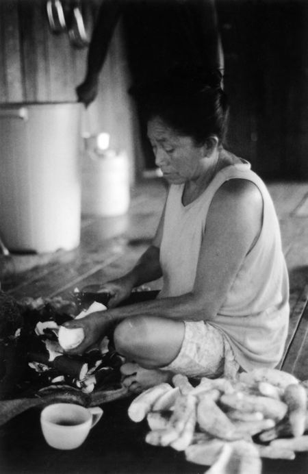 Shanenawa woman preparing food, Morada Nova village, Katukina/Kaxinawá Indigenous Land, Feijó, Acre. Photo: Mônica Barroso, 2003