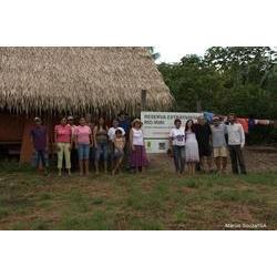 Encontro da equipe de educação e saúde na comunidade Roberto, Resex Rio Iriri. Ao fundo barracão para estoque de castanha.jpg