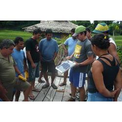 RDS Mamirauá - Pesquisador capacitando comunitários em Energia Solar, na Reserva Mamirauá.  / Josivaldo Ferreira Modesto