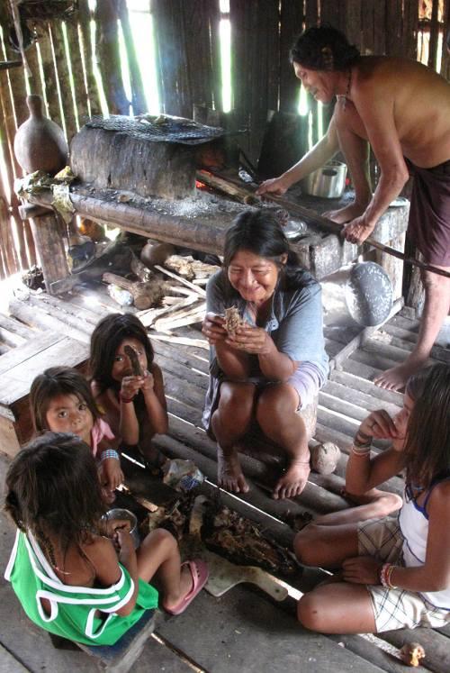 Refeição em família, Posto Indígena São Luís. Joshua Birchall, 2009