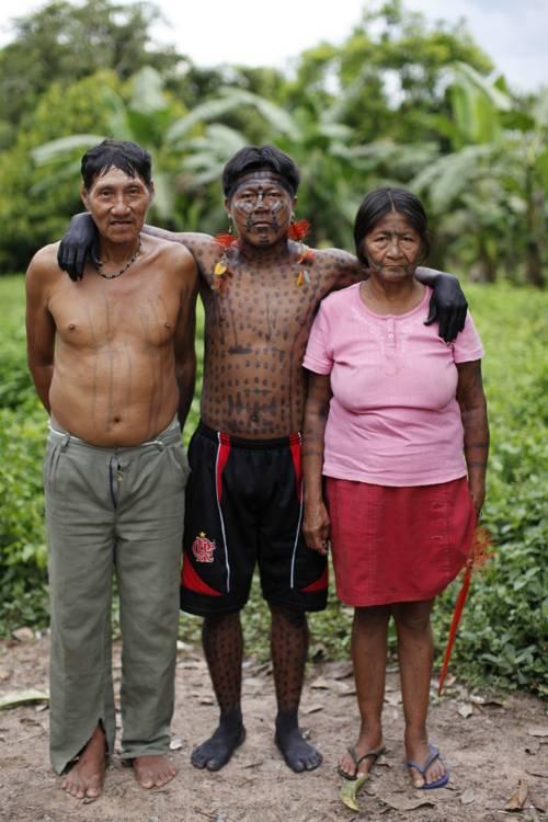 O mais velho casal oro win com seu filho, o cacique. Posto Indígena São Luís. Foto: Andy Richter, 2010.