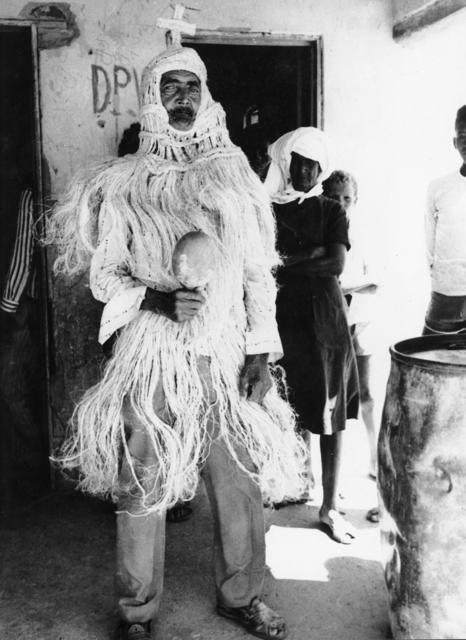 Antonio Cirilo, cacique Truká, paramentado para ritual, Ilha da Assunção, Cabrobó, Pernambuco. Foto: Aderbal Brandão Gomes de Sá, 1980