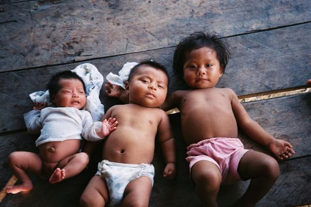 Crianças da aldeia Santa Rita. Foto: Oiara Bonilla, 2002.