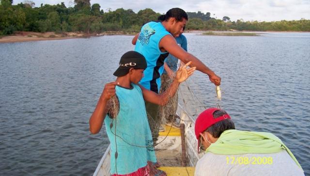 Utilização do rio Xingu para obter o alimento. Foto: Michel Patrício, 2008.