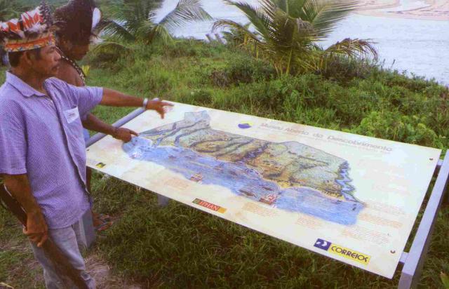 Zé Guedes e filho examinam mapa da TI Pataxó reivindicada. Aldeia Cahy. Foto: E. Almeida, Maio, 2001.
