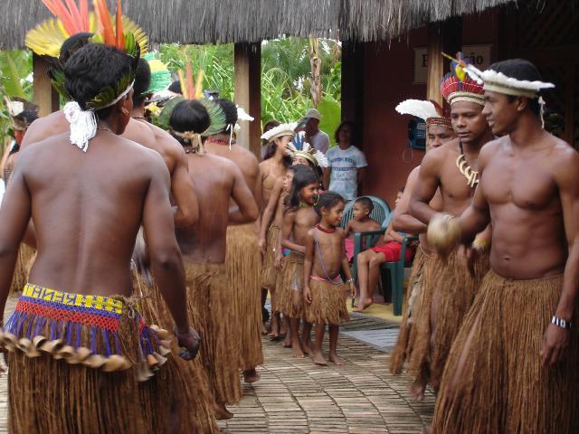 Ritual Awê realizado no Shopping Indígena da Aldeia de Coroa Vermelha. Foto: Sarah Siqueira de Miranda, 2006.