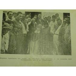 """Porto Seguro. Almirante Gago Coutinho e comitiva, com índios Pataxó, em  1939. Foto extraída do livro """"Sob os céus de Porto Segu"""