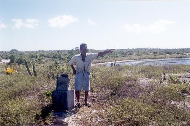 Aldeia Barra Velha. Um dos marcos fixados na atual TI Barra Velha por uma comissão preparatória à criação do Parque Nacional do Monte Pascoal, na década de quarenta do século XX e localizado por Manuel de Suia Pataxó. Foto: E. Almeida, Mai 2001.