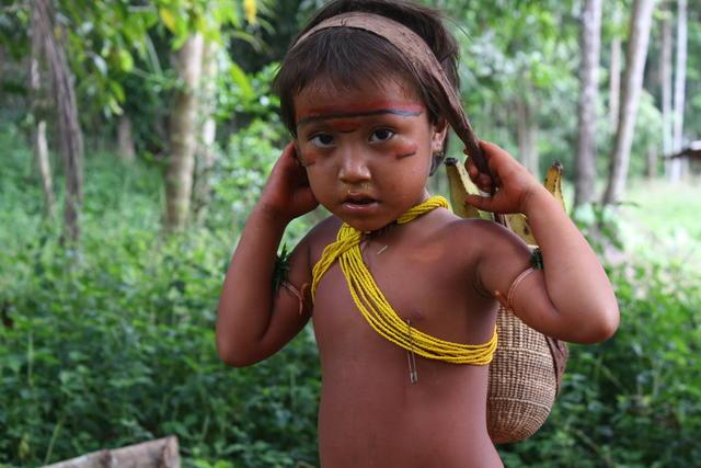 Katia carregando seu pequeno wii a (cesto), na aldeia Watoriki, da Terra Indígena Yanomami(AM). Ana Maria A. Machado