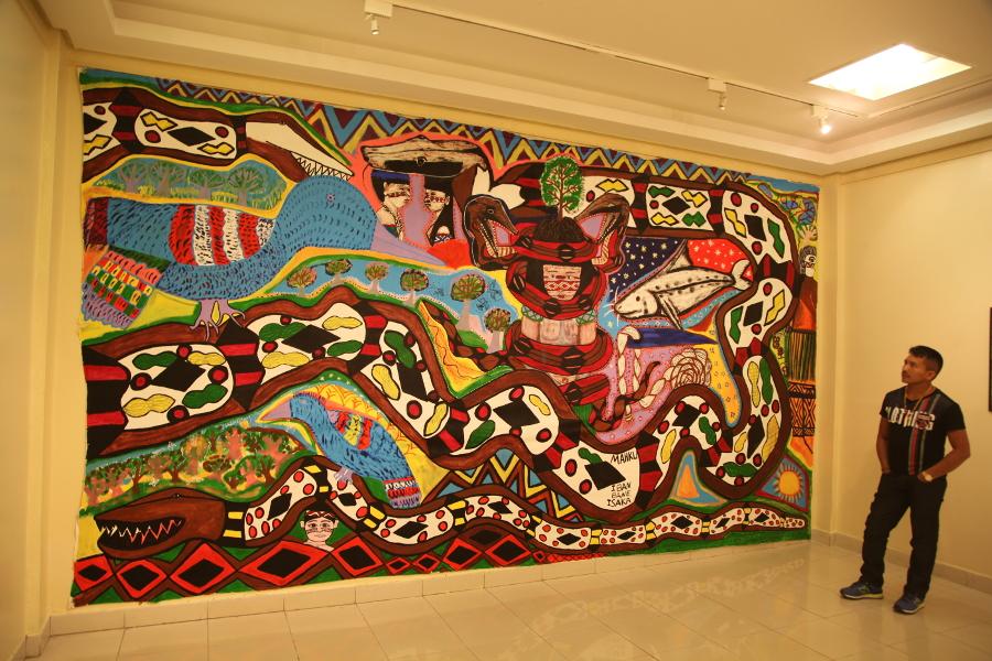 Bane Huni Kuin e a obra do MAHKU na exposição Nixi paewen namate em Rio Branco, 2014