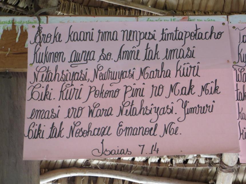 Cartaz com versículo em língua waiwai no malocão da aldeia Xaary. Foto: Selma Gomes/ISA, 2014.