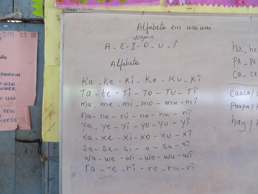 Alfabetização em língua waiwai, no malocão e escola indígena da aldeia Anauá. Foto: Selma Gomes/ISA, 2014.