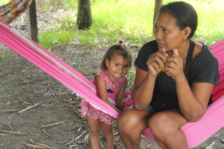Lidia Waiwai, da Aldeia Cobra, e sua filha, na aldeia Xaary. Foto: Tiago Moreira/ISA, 2013.