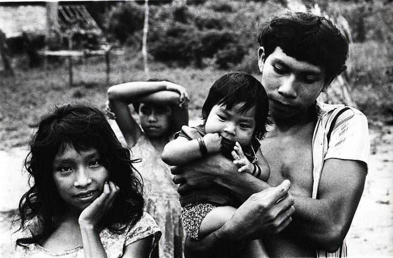 Família da aldeia Campo do Miriti, rio Miriti, TI Andirá-Marau. Foto: Sônia Lorenz, década de 1980.