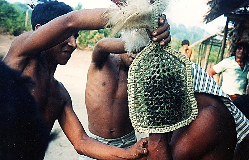 """[i]Wyamat[/i] – """"Festa da Tocandeira"""" no sítio do Manga, rio Marau. Foto: Sônia Lorenz, 1982."""