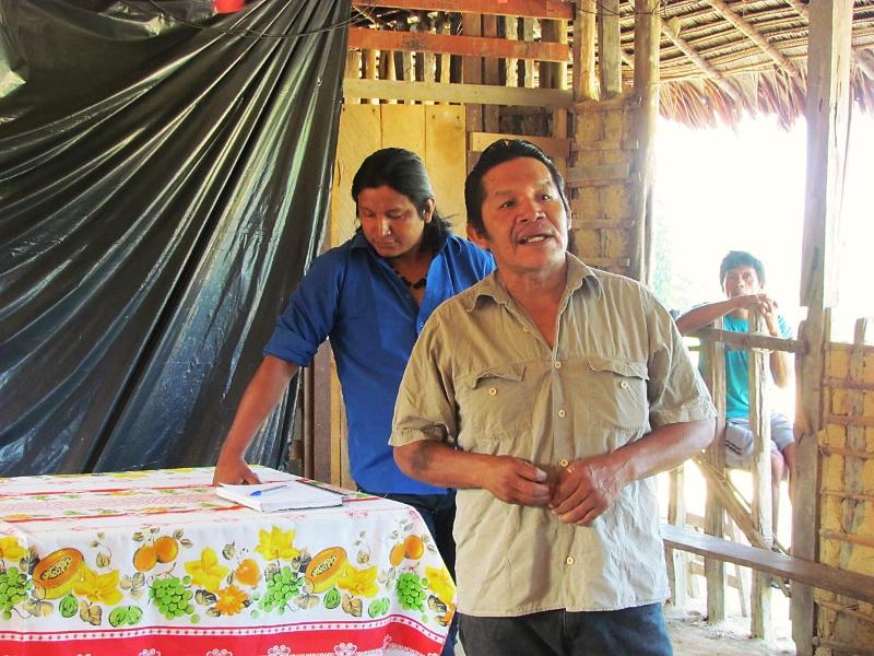 Obadias e Sergio Garcia, do CPSM – Consórcio de Produtores Sateré-Mawé. Assembleia geral dos tuxauas dos rios Marau e Andirá. Foto: Sônia Lorenz, 2014.