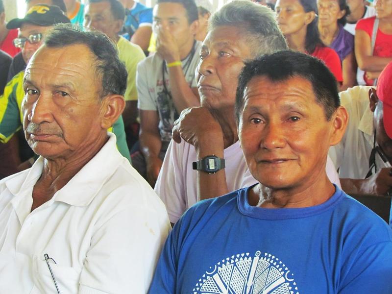 De azul, Antônio Tibúrcio Neto, Presidente do CGTSM – Conselho Geral da Tribo Sateré-Mawé. Assembleia dos tuxauas do rio Marau. Foto: Sônia Lorenz, 2013.