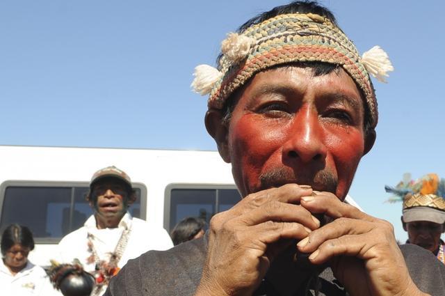 Rezador do povo Guarani Kaiowá, da comunidade de Kurusu Amba, toca mimby, apito tradicional. Foto: Wilson Dias/ABr, 2011.