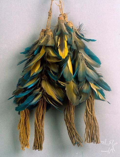 Adornos em pena para braceletes. S/d. Acervos do Weltmuseum Wien.