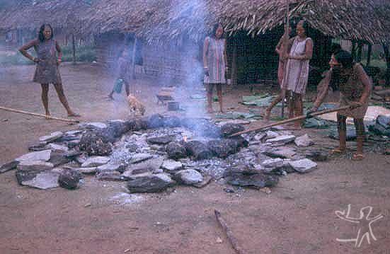 Mulheres preparando o alimento ritual no forno de pedra ki. Foto: Isabelle Vidal Giannini-ISA, 1996