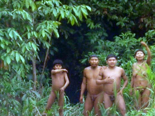 Grupo isolado aparição às margens do rio Ituí, Terra Indígena Vale do Javari, Amazonas. Ana Paula A. de Melo