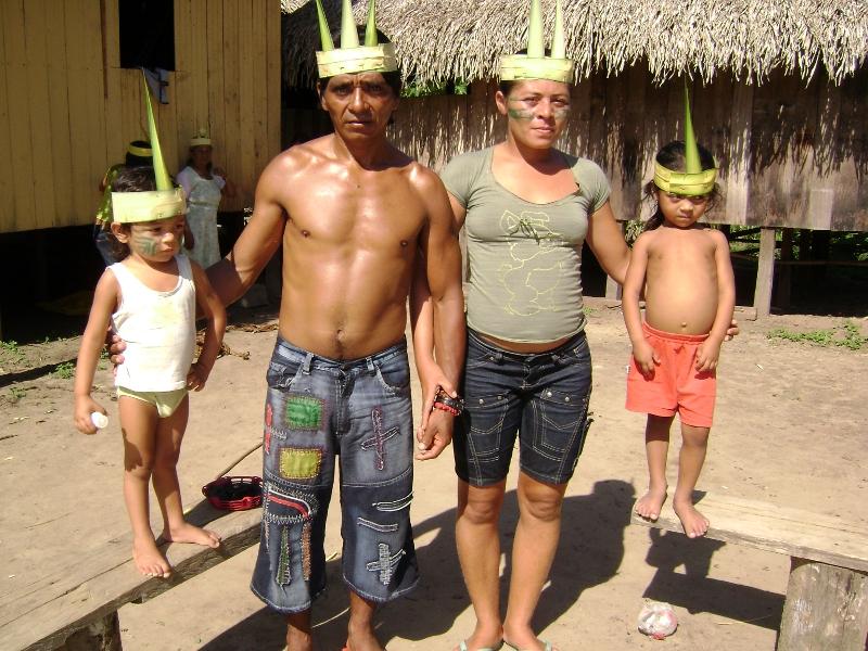 Cidoca, filho caçula do casal Milton e Mariana, com sua esposa e filhos, é um dos principais caçadores (procurador) do grupo. Foto: Terri Valle de Aquino, em novembro de 2008, aldeia Sete Estrelas